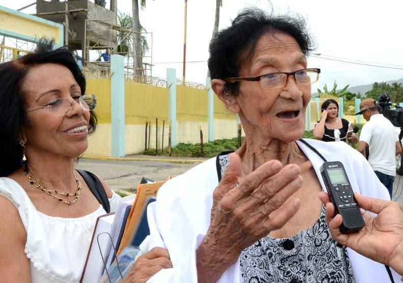 Mercedes Domínguez, madre, y una hermana de  Montás.