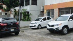 Tres vehículos permanecen fuera del local, que se encuentra cerrado tras el rapto del comerciante.