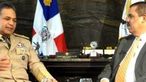 El teniente general Rubén Paulino Sem entrevistado por el senador Adriano Sánchez Roa.