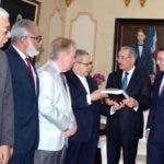 La comisión acudió ayer al Palacio Nacional para entregar al presidente Danilo Medina el informe sobre adjudicación Punta Catalina