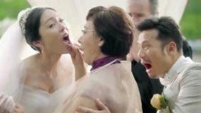 Derechos de autor de la imagen AUDI. La madre del novio inspecciona a su nuera en plena boda en la publicidad de Audi.