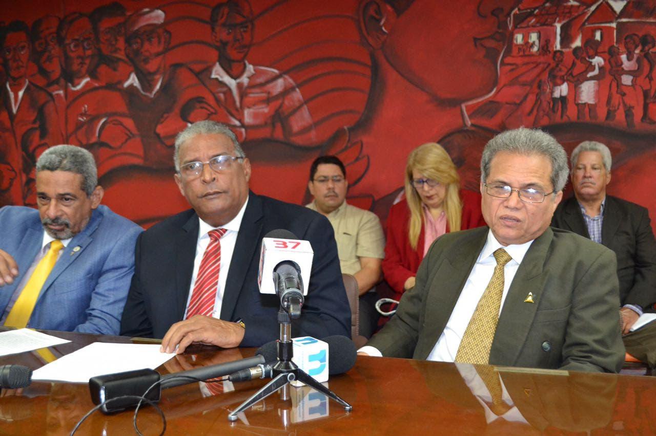 Waldo Ariel Suero (a la derecha) junto a otros dirigentes del Colegio Médico Dominicano (CMD). Foto de archivo.
