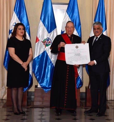 Canciller Miguel Vargas entrega condecoración al Cardenal Oscar Andrés Rodríguez Maradiaga, arzobispo de Tegucigalpa  en presencia de la canciller de su homóloga hondureña, María Dolores Agüero Lara