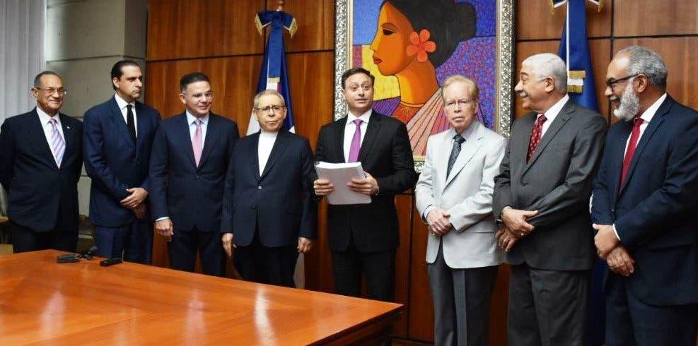 Comisión entrega informe de Punta Catalina al procurador