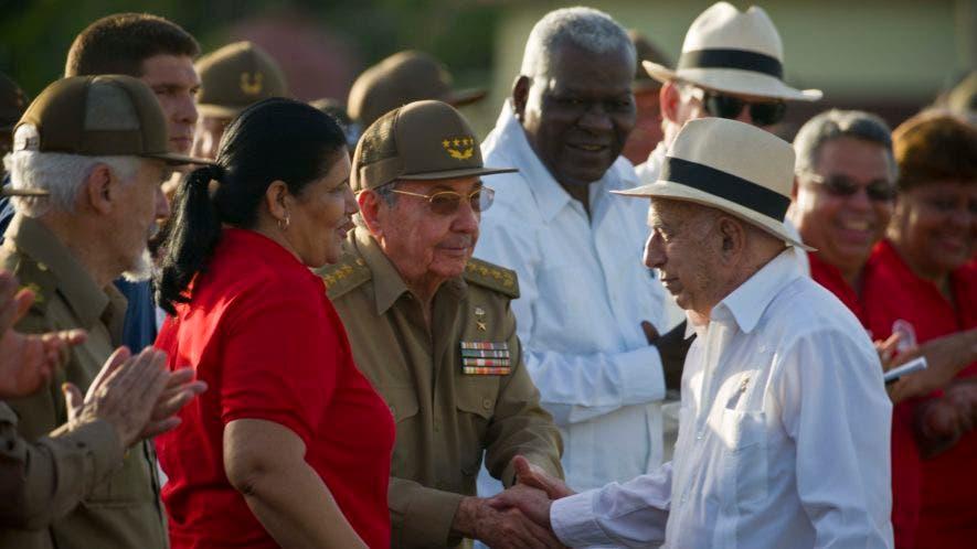 El presidente cubano Raúl Castro, centro izquierda, saluda al segundo secretario del Partido Comunista de Cuba, José Ramón Machado Ventura, durante un evento para celebrar el asalto al cuartel Moncada en Pinar del Río, Cuba, el miércoles 26 de julio de 2017. (AP Foto/Ramon Espinosa)