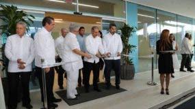 El presidente de la República, Danilo Medina, junto a los directivos del IGM, al momento de cortar la cinta inaugural.