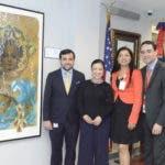 Eduardo Hernández, la artista plástico Scherezade García, la vicecónsul Sobeira Duran y Haile Rivera, durante el acto en el que fue develizado el arte de Scherezade García.