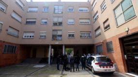 La policía inspecciona el domicilio en el que fueron asesinados dos hombres dominicanos.    Foto: Danny Caminal/ elperiodico.com