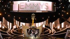 Esta foto de archivo del 18 de septiembre de 2016 muestra el escenario principal durante los 68 premios Primetime Emmy en Los Ángeles. Los premios Emmy de este año se transmitirán el 17 de septiembre en CBS con el anfitrión Stephen Colbert. (Foto de Chris Pizzello / Invision / AP, Archivo)