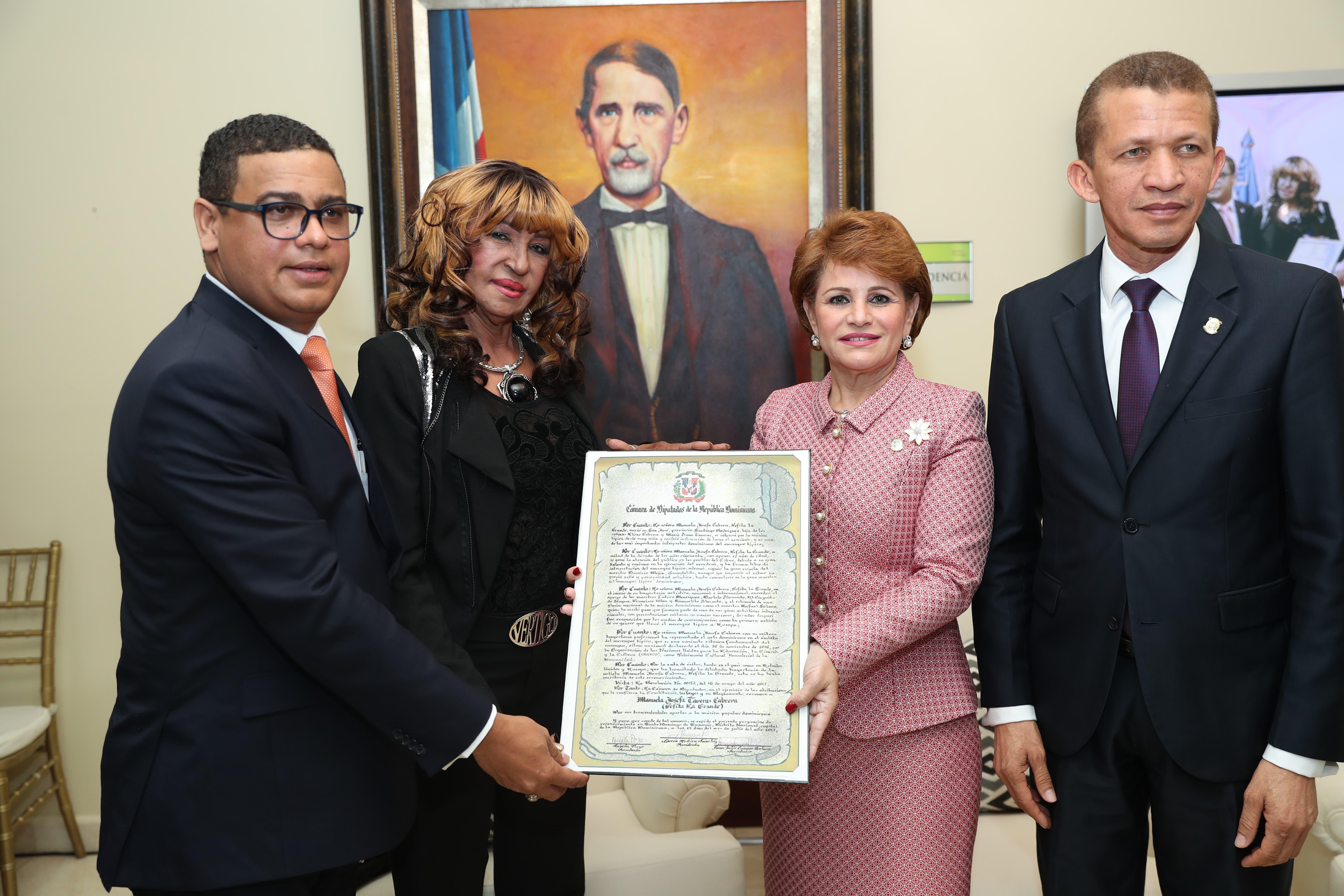 Fefita La Grande recibe el reconocimiento de manos por sus aportes al merengue típico.