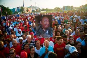 Un manifestante levanta una afiche con la imagen del líder de la Revolución Cubana, Fidel Castro.