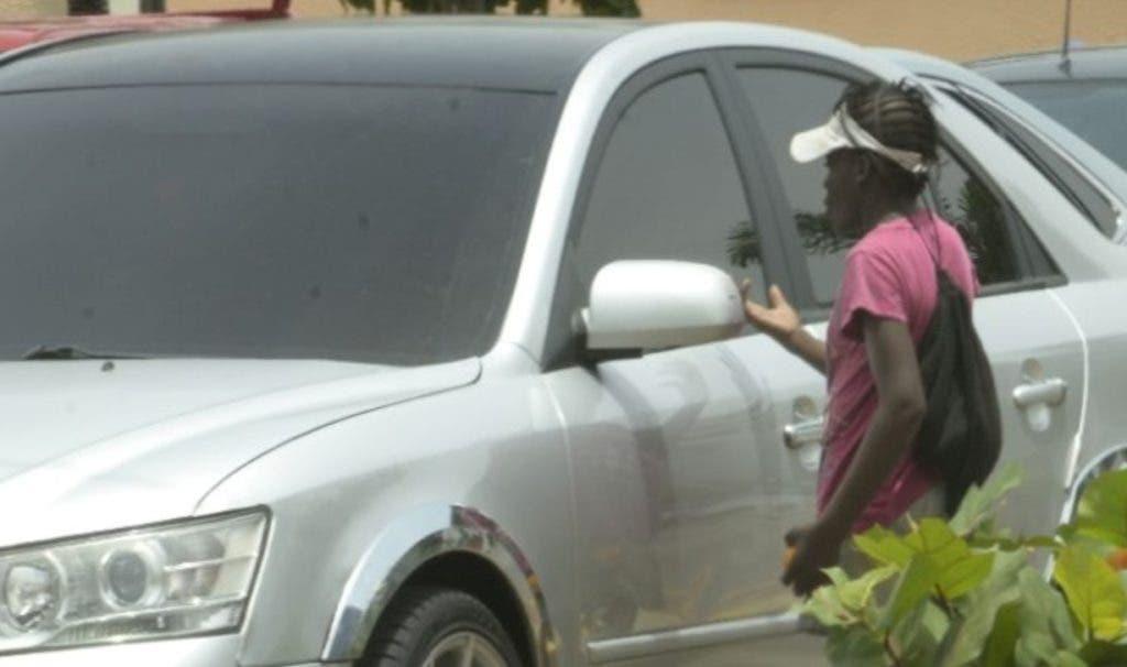 Conductores son asediados en   las intersecciones  por pedigüeños, en su mayoría haitianos.