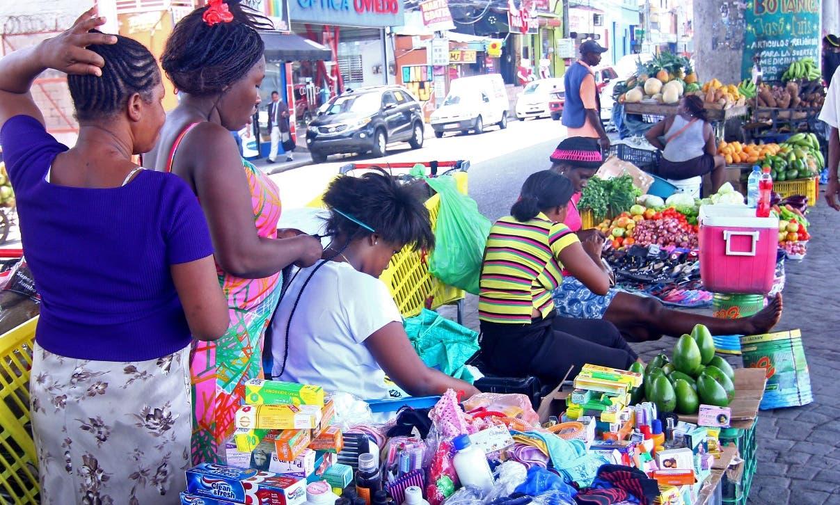 Indocumentados haitianos se han convertido en dueños  del comercio en   calles y avenidas.