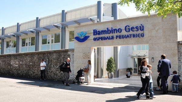 Vaticano juzgará a exdirectivos de hospital por fraude en ático de Bertone