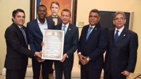 Luis Pie recibe el reconocimiento de manos de Lupe Núñez en representación de la Cámara de Diputados.