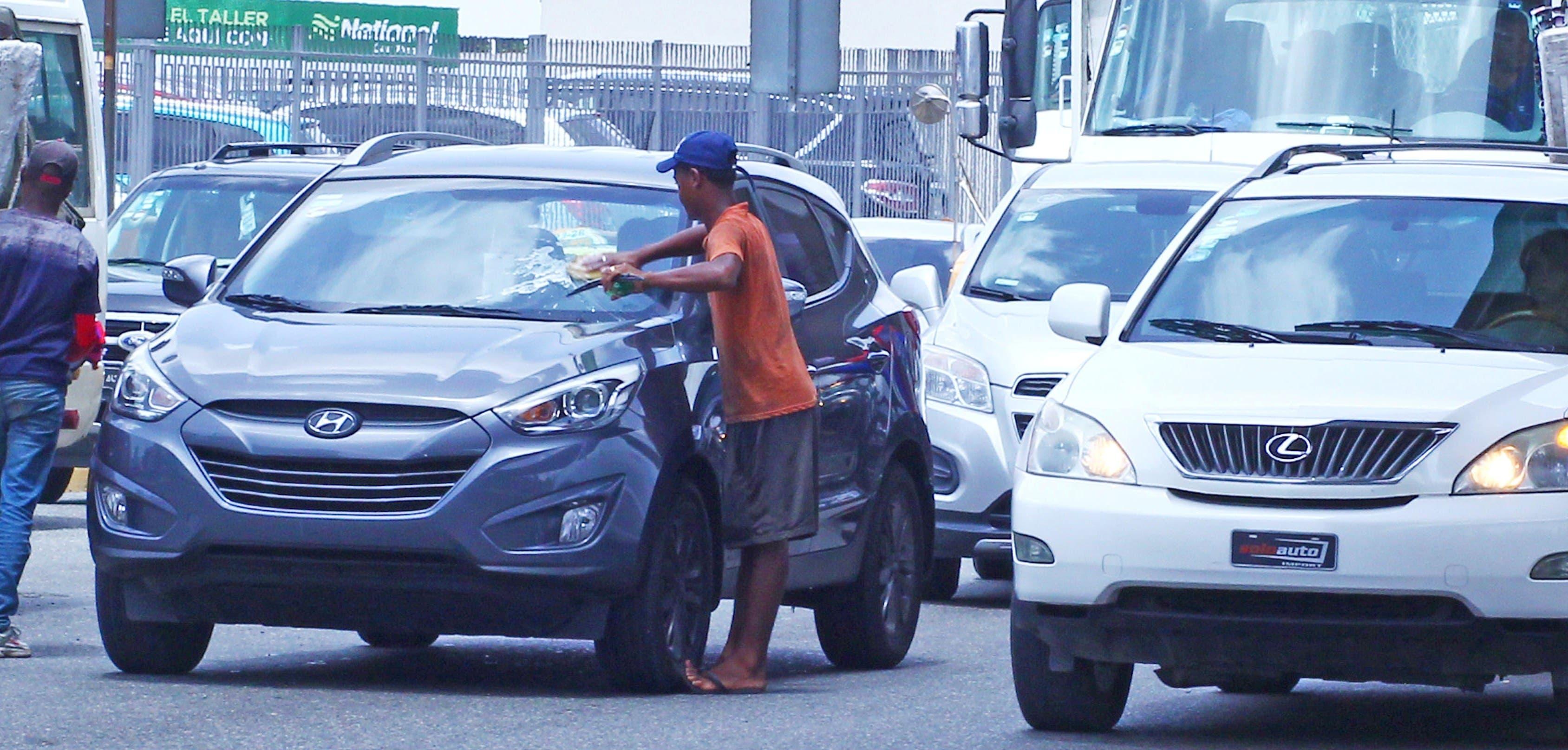 Esta escena es común en las principales vías de Santo Domingo. La Alcaldía inició una jornada de retiro de los limpiavidrios de las avenidas.