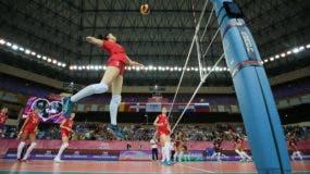 Lulian Kutiukova logra un potente remate en el segundo parcial.