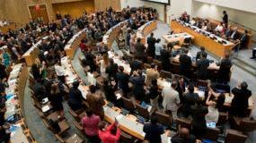 Foto de la reunión en que más de 120 naciones aprobaron  el primer tratado que prohíbe las armas nucleares, en una reunión de la ONU boicoteada por todos los países que poseen dicho armamento, en la sede de las Naciones Unidas  en Nueva York el 7 de julio del 2017. (AP Photo/Mary Altaffer)