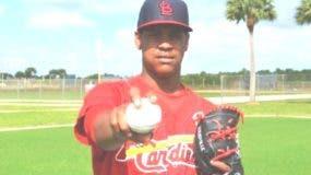 Adanson Cruz, de 17 años de edad, fue firmado con un bono de 300 mil dólares por la organización del béisbol de Grandes Ligas, Cardenales de San Luis.