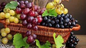 La uva es una fruta muy beneficiosa para la salud. Tienen muchas vitaminas, minerales esenciales y ayuda al sistema cardiovascular del organismo.
