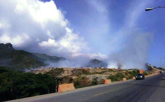 La humareda se puede ver a varios kilómetros de distancia.