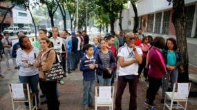 Votantes esperando ante un centro de votación para depositar sus papeletas, durante las elecciones para elegir a una Asamblea Constituyente en Caracas, Venezuela, el domingo 30 de julio de 2017. (AP Foto/Ariana Cubillos)