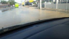 El desperdicio de agua es tal que esta mañana se formó un pequeño charco en la avenida Kennedy.