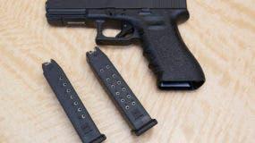 Foto de un arma y dos cargadores en una tienda de armas en Elk Grove, California, el 27 de junio de 2017. (AP Foto/Rich Pedroncelli)