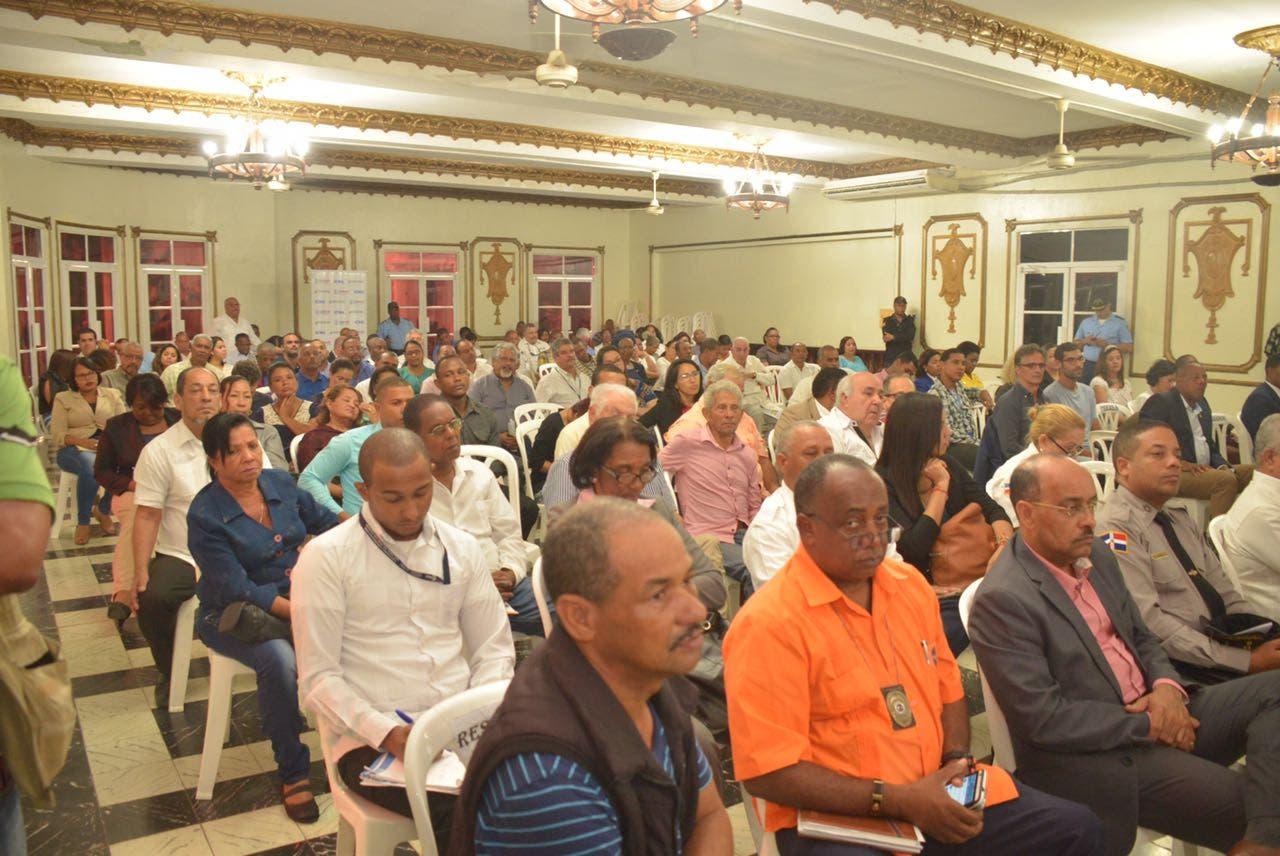 Parte de los asistentes al acto de presentación del plan.