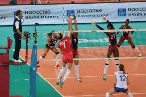 Ana Lazareva procede a atacar la bola en el cuarto sets ante el bloqueo de la República Dominicana.