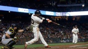 El jugador de los Gigantes, Eduardo Núñez, batea en un partido contra los Piratas el martes, 25 de julio de 2017, en San Francisco. Núñez fue canjeado a los Medias Rojas de Boston. (AP Photo/Jeff Chiu)