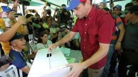 Henrique Capriles  vota en el plebiscito en Caracas, Venezuela. (AP Photo/Ariana Cubillos)