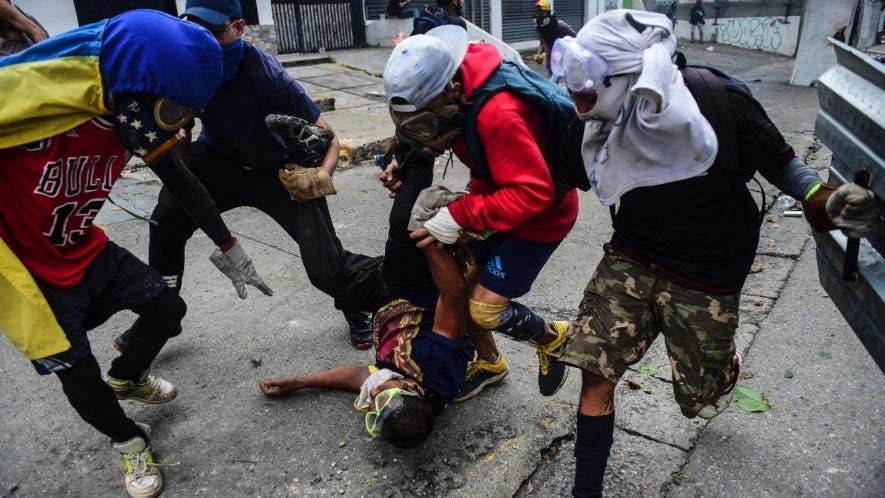 Protestantes intentan ayudar a un manifestante durante la huelga.
