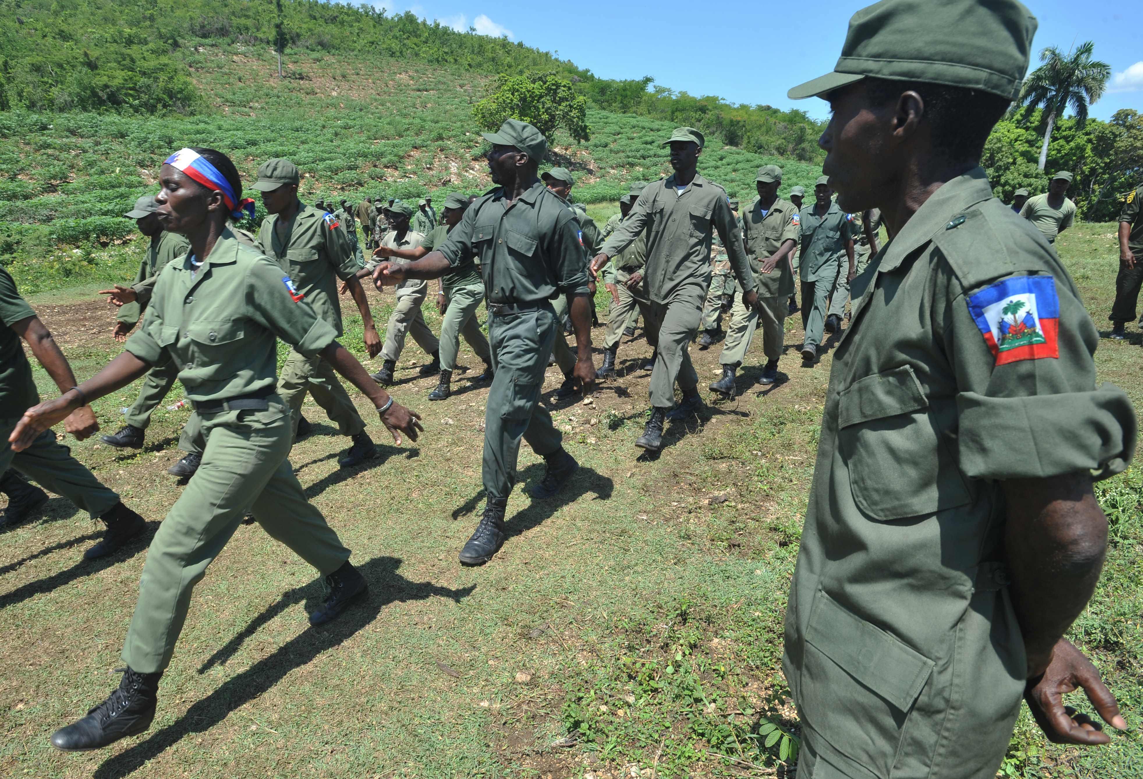 Haití resucita su fuerza armada, generando temores de represión