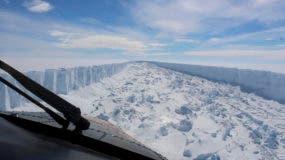 Su cuadro de febrero de 2017 de vídeo proporcionado por el British Antarctic Survey muestra la plataforma de hielo Larsen C en la Antártida. Un gigantesco iceberg con el doble del volumen del lago Erie se desprendió de la plataforma de hielo de Larsen C, dijeron científicos el miércoles 12 de julio de 2017. El iceberg es descrito como un peso de 1 trillón de toneladas. (British Antarctic Survey vía AP)