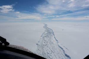 Esta es una imagen de febrero de 2017 de la plataforma de hielo Larsen C en la Antártida hecha disponible por el Antarctic Survey el miércoles 12 de julio de 2017. Un vasto iceberg con el doble del volumen del lago Erie se ha roto de una plataforma flotante de hielo en la Antártida, Dijeron el miércoles los científicos. El iceberg se desprendió de la plataforma de hielo Larsen C, dijeron científicos de la Universidad de Swansea en Gran Bretaña. El iceberg, que es probable que se nombre A68, se describe como un peso de 1 billón de toneladas (1,12 billones de toneladas de EE.UU.). (British Antarctic Survey vía AP)