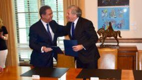Leonel Fernández y Luis Almagro tras firmar el convenio.