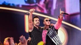 """Artistas Luis Fonsi y Daddy Yankee, se llevan 2 de las 10 estatuillas en los Premios Juventud con su exito """"Despacito""""."""