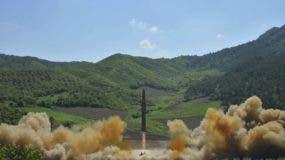 NK02 COREA DEL NORTE 04/07/2017.- Fotografía facilitada por la agencia oficial de noticias norcoreana KCNA que supuestamente muestra un cohete balístico intercontinental norcoreano Hwansong-14 mientras es disparado desde una localización no especificada en Corea del Norte, hoy, 4 de julio de 2017. Corea del Norte anunció hoy a través de su televisión estatal que ha lanzado por primera vez con éxito un misil balístico intercontinental (ICBM), en lo que supondría un enorme avance en el programa armamentístico del régimen de Kim Jong-un. EFE