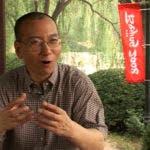 En esta imagen tomada el 24 de julio de 2008, video de AP Video, Liu Xiaobo habla durante una entrevista en un parque en Beijing, China. La oficina judicial de la ciudad de Shenyang, en el noreste de China, dice que el laureado del Premio Nobel de la Paz Liu Xiaobo falleció el jueves 13 de julio de 2017, a los 61 años.AP