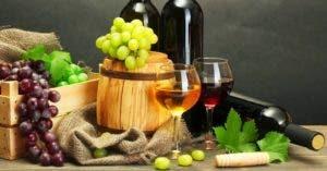 Las uvas vienen en racimos, son pequeñas y dulces. Se comen frescas o se utilizan para producir agraz, mosto, vino, vinagre y pisco.
