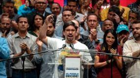 El vicepresidente de la Asamblea Nacional venezolana, Freddy Guevara, habla durante una reunión en Caracas el 17 de julio de 2017. La oposición venezolana pidió el jueves un ataque cívico nacional de 24 horas para presionar al presidente Nicolas Maduro para que retire la llamada a un nacional Asamblea Constituyente, tras lograr un masivo voto de rechazo en un plebiscito simbólico. / AFP