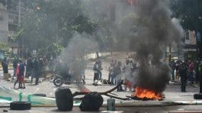 Los manifestantes bloquean una avenida durante una protesta anti-gobierno en Caracas, el 20 de julio de 2017. Una huelga nacional de 24 horas se inició en Venezuela el jueves, en una oferta de la oposición para aumentar la presión sobre el presionado presidente Nicolas Maduro después de cuatro meses. AFP