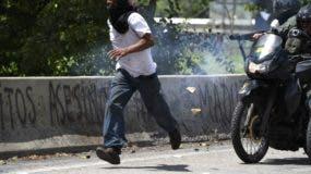 Un manifestante de la oposición es perseguido por motociclistas de la Guardia Nacional durante la manifestación contra el gobierno en Caracas, el 20 de julio de 2017. Una huelga nacional de 24 horas se inició en Venezuela el jueves, en un intento por aumentar la presión sobre los asediados El presidente izquierdista Nicolás Maduro tras cuatro meses de manifestaciones callejeras mortales. / AFP /