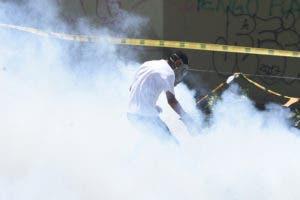Los manifestantes de la oposición chocan con la policía antidisturbios durante una protesta contra el gobierno en Caracas, el 20 de julio de 2017. Una huelga nacional de 24 horas se inició en Venezuela el jueves, en un intento de la oposición para aumentar la presión sobre el presionado presidente Nicolas Maduro, Meses de manifestaciones callejeras mortales. / AFP