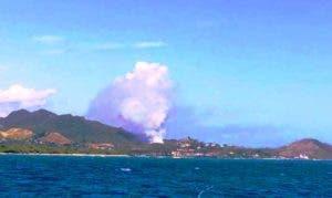 Así se veía el humo que salía del vertedero en este polo turístico.