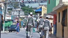 Policías y militares patrullaban las principales calles del sector Los Guandules de esta capital. ELIESER TAPIA