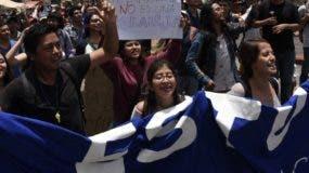 Decenas de indígenas, campesinos y estudiantes marcharon ayer.  AP