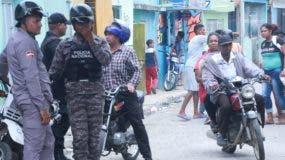 Un amplio dispositivo policial fue desplegado ayer en las principales calles de  Los Guandules.  Elieser Tapia.