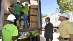 Enrique Ramírez, director de Aduanas, inspecciona las mercancías que fueron destruidas. BLECE NOMBREA